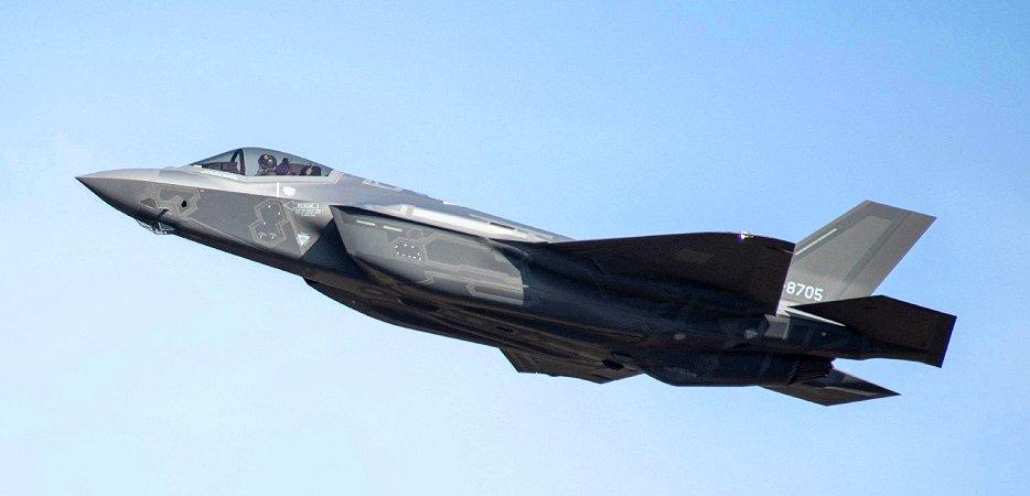 三沢基地上空を飛行する、三菱重工で組み立てられたステルス戦闘機F35Aの国産初号機(17年11月、米空軍提供 時事)