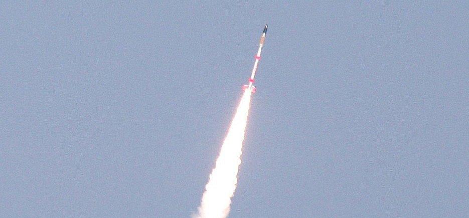 内之浦宇宙空間観測所から打ち上げられた衛星用で世界最小級のロケット「SS-520」5号機(3日午後2時3分、鹿児島県肝付町=時事)