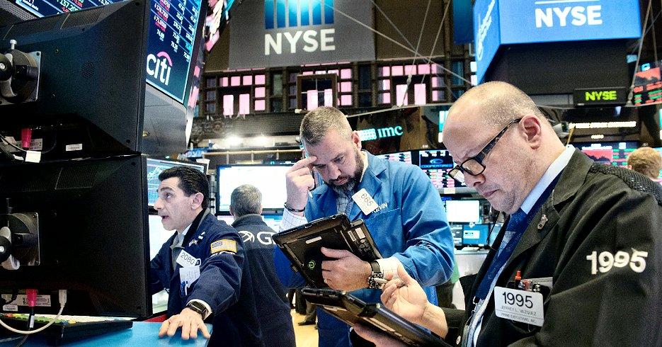 米ニューヨーク証券取引所(NYSE)のトレーダーら(8日、AFP=時事)