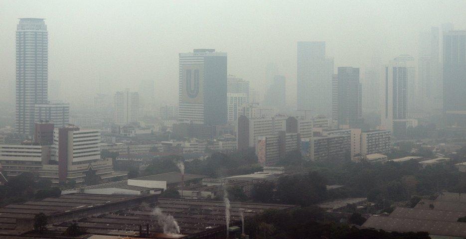 大気汚染で視界が悪化したバンコク市街地(8日、時事)