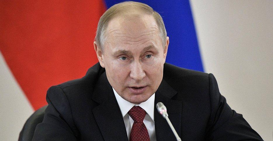 ロシアのノボシビルスクで行われた会合に出席したプーチン大統領(8日、EPA=時事)