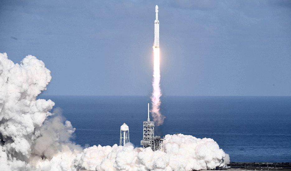 米南部フロリダ州ケープカナベラルのケネディ宇宙センターから打ち上げられた米民間宇宙企業スペースXの大型ロケット「ファルコンヘビー」(AFP=時事)