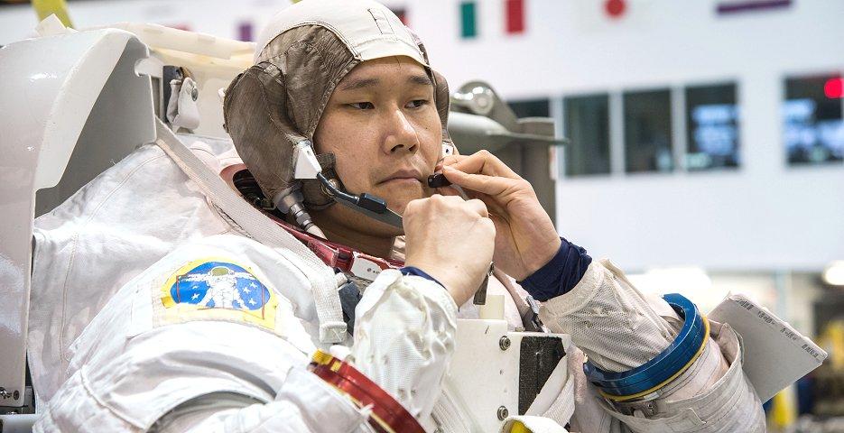 水中訓練用の宇宙服を着用する金井宇宙飛行士(JAXA/NASA提供)