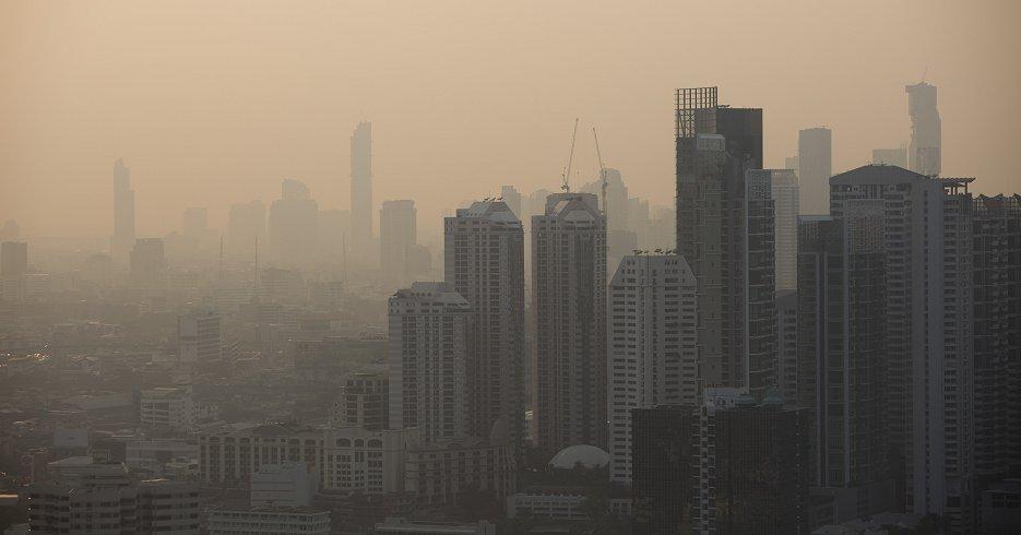 バンコク市内を覆うスモッグ。タイの首都の大気汚染は、15日には北京の2倍超の水準を記録した(2月15日、ブルームバーグ)