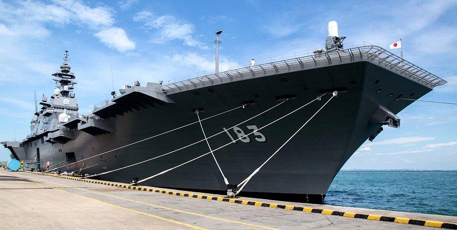 海上自衛隊の護衛艦「いずも」(17年5月、IMDEX Asia 2017、シンガポール=ブルームバーグ)