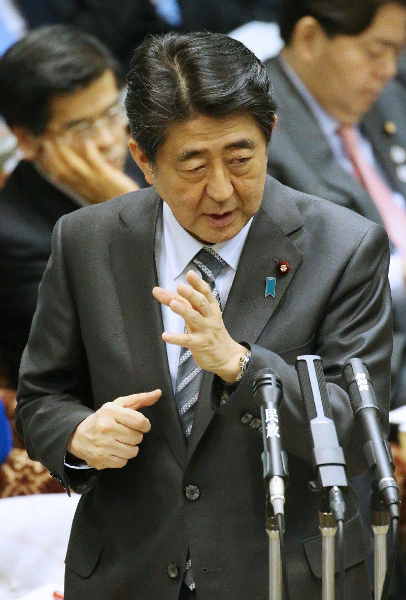参院予算委員会で答弁する安倍晋三首相(2日、時事)