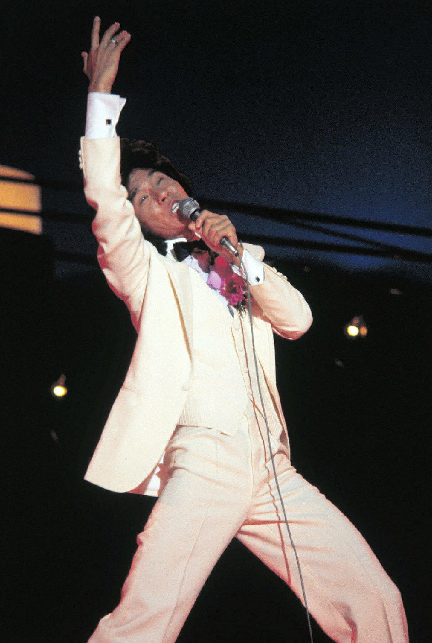 日本武道館で行われた東京音楽祭世界大会で熱唱する西城秀樹さん(78年6月、時事)