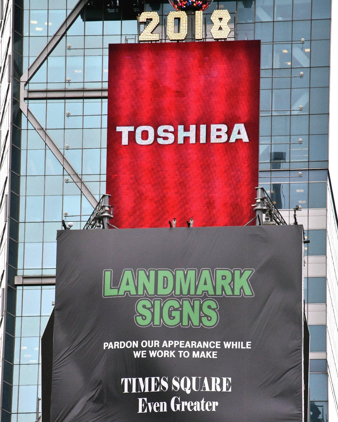 撤去作業が始まった東芝の巨大広告看板(18日、米NYタイムズスクエア=時事)
