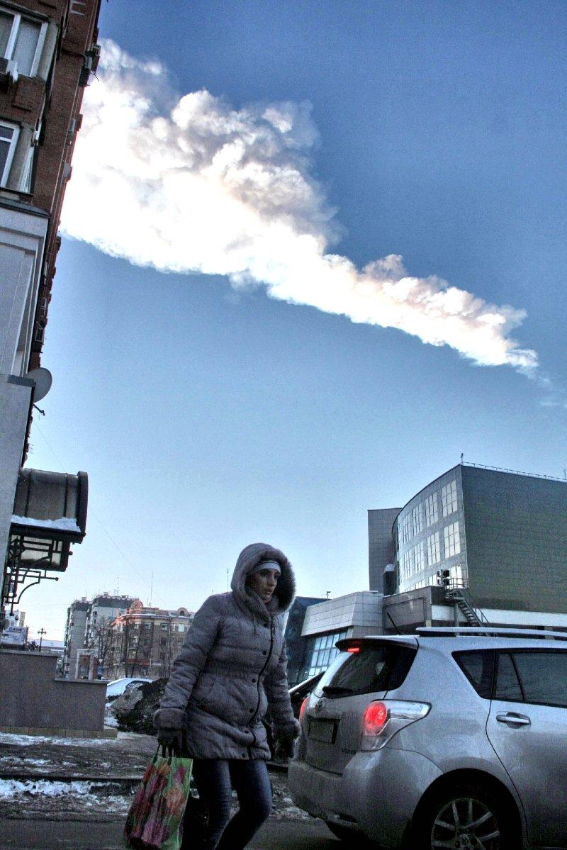 ロシアのチェリャビンスク州上空に残る隕石が通った跡(13年2月、EPA時事)