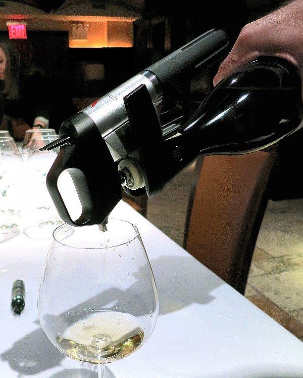 アルゴンガスを注入するCoravin社のワイン向け装置。コルクを抜かずに、酸化防止目的の不活性ガスを注入しながらボトルの中のワインを注ぐことができる(2013年7月、ニューヨーク=ブルームバーグ)