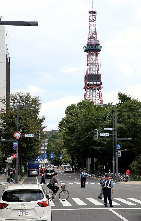停電で消えたさっぽろテレビ塔の時刻表示と信号機(6日午後、札幌市中央区=時事)