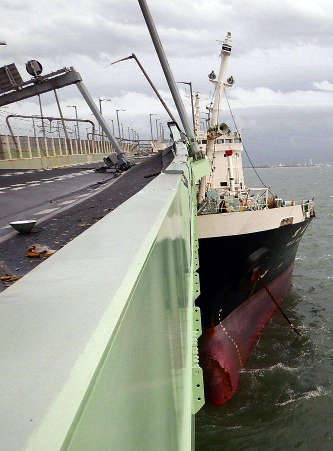 台風21号の影響で、関西空港の連絡橋に衝突したタンカー(4日、関西空港海上保安航空基地提供)