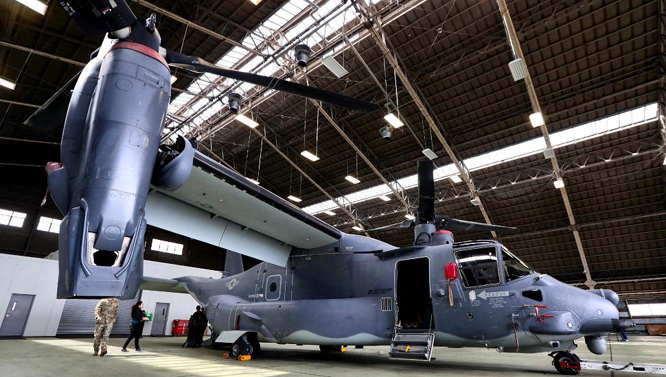 報道陣に公開されたCV22オスプレイ(3日、東京・米軍横田基地=時事)