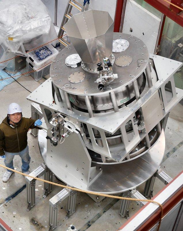 原始重力波の観測を目指す新型の望遠鏡「グランドバード」。高速で回転しながら広い範囲を観測する(26日、茨城県つくば市=時事)