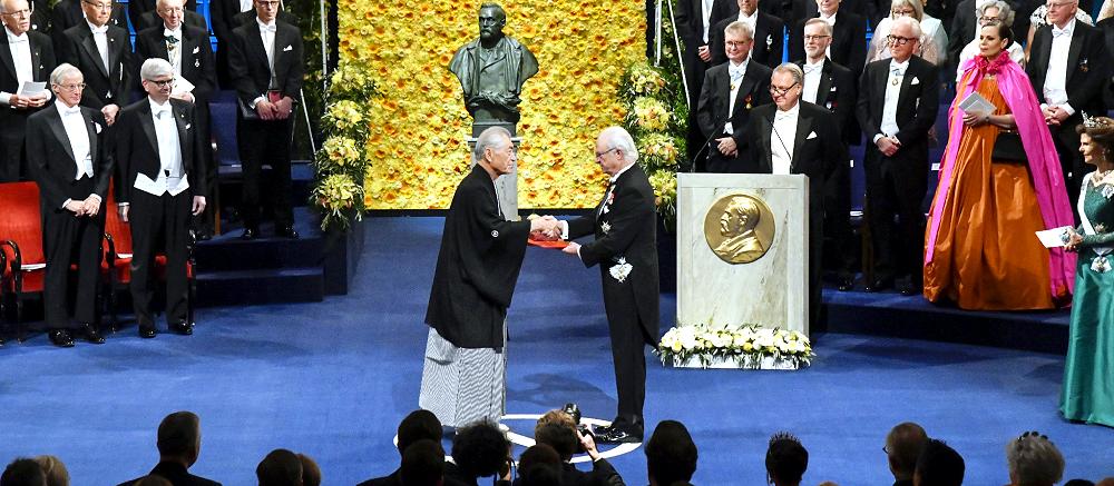 ノーベル賞授賞式で、医学生理学賞のメダルと賞状を受け取った本庶佑・京都大特別教授(中央左)(10日、ストックホルム=代表撮影・時事)